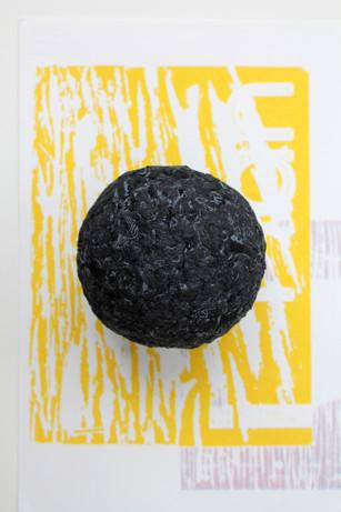 Composition perle en jeans noir et une risographie 3 couleurs