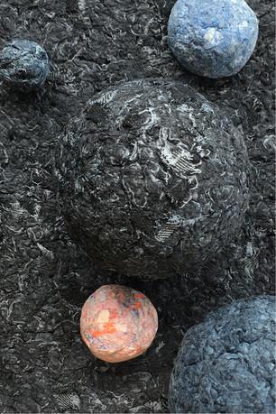 Composition de boules de papiers et de jeans recyclés