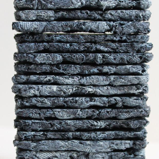 Accumulation de dalles de jeans recyclés