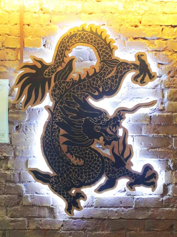 Ресторан Черный дракон, интерьерная вывеска, УФ-печать, фанера, черный акрил, контражурная подсветка
