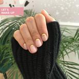 manicure ze złotym half moon