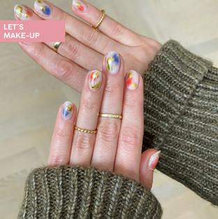 manicure w abstrakcyjne plamki ze złoceniem