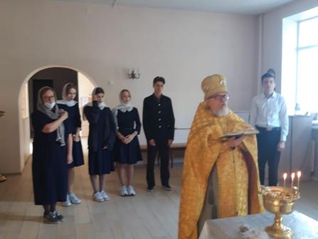 Протоиерей Михаил Мансуров отслужил молебен и благословил учащихся 9-11 классов