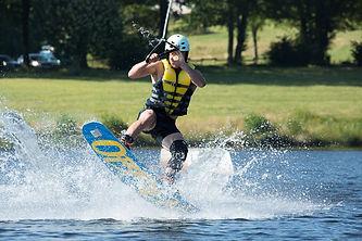 Wakeboar au lac de Bournazel près de Tulle en Corrèze. Cette activité est proposée pendant la saison estivale sur la commune de Seilhac.