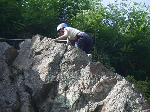 Escalade outdoor sur des paroie rocheuse et falaise à Uzerche information à la Station sports Nature  Vézère Passion en corrèze