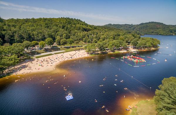 Le lac des Bariousses à Treignac accueille les bureaux de la station sport Nature Vézère Monédières et le treign'aqua park