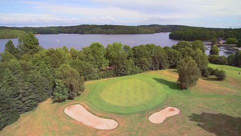 Pratiquer le golf en Corrèze à Neuvic avec la station sports Nature Haute-Dordogne: golf de Neuvic avec parcours Compact et Pitch and Putt (9 trous), grand parcours (9 trous)