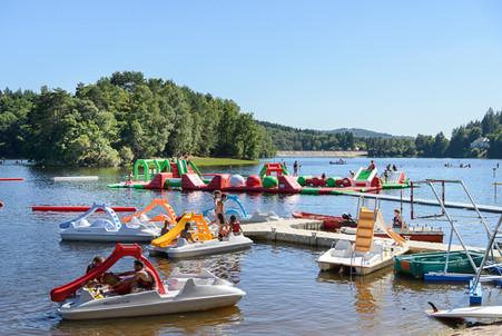 Location de pédalos avec tobogans au Lac des Bariousses. Infos à la base nautique de la Satation sports Nature Vézère Monédières