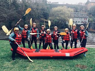 À Uzerche, la rivière de la Vézère coule au pied de cette cité de caractère. Ici la Station Vézère Passion  propose un panel d'activités de sports outdoor, funs et ludiques pour toute la famille (decsente en raft de la Vézère).