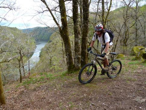 Balades en VTT dans les gorges de la haute Dordogne. Possibilité de louer des vélos éléctriques dans les gorges de la dordogne