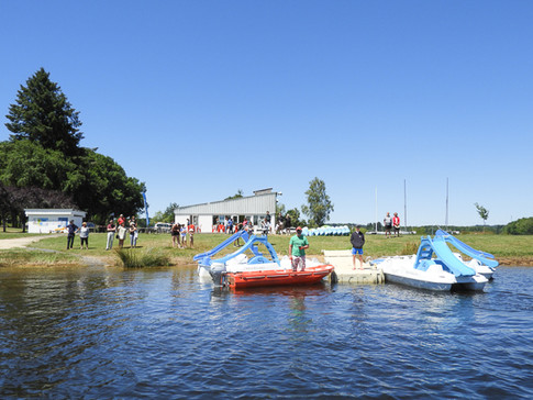 En bordure du lac de la Triouzoune (410 ha) et à proximité des gorges de la Dordogne, la Station Sports Nature Haute-Dordogne propose toute l'année, aux individuels comme aux groupes, un grand choix d'activités nautiques dont la location de pédalos avec tobogans