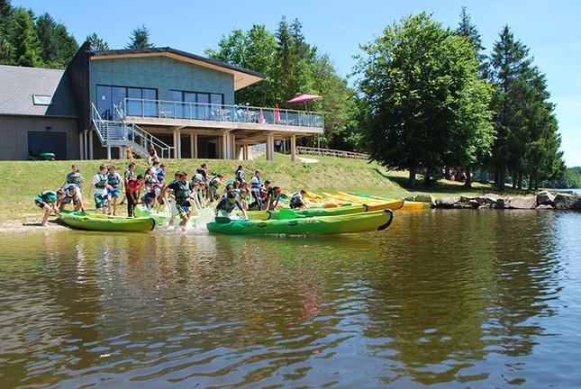 Base nautique du lac de Sechemaille à Meymac en Haute Corrèze propose des initiations en Conoë et en Kayak