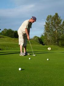 Pratiquer le golf en Corrèze à Neuvic avec la station psotr Nature Haute-Dordogne