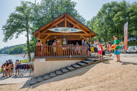Rendez-vous au chalet de la plage des Barriousses à Treignac pour vos locations de pédalos, paddle, paddle génat, SUP, canoë et kayak