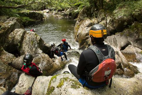 Esprit Nature propose des descente de canyonaquarando dans les Gorges de la Corrèze non loin de Tulle. Aquarando en groupe de copainsà Tulle.
