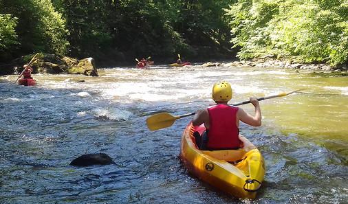 Kayak dans les Gorges de la Vézère avec La Station sports Nature de Vézère Passion à Uzerche en Corrèze