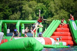 Parc aqualudique gonflable de 800 m2 sur le Lac de Treignace en Corrèze. Cette air de jeux aquatique rend la baignade encore plus fun.