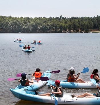 En bordure du lac de la Triouzoune (410 ha) et à proximité des gorges de la Dordogne, la Station Sports Nature Haute-Dordogne propose toute l'année, aux individuels comme aux groupes, un grand choix d'activités nautiques dont la location et stages de kayak canoë pour les enfants