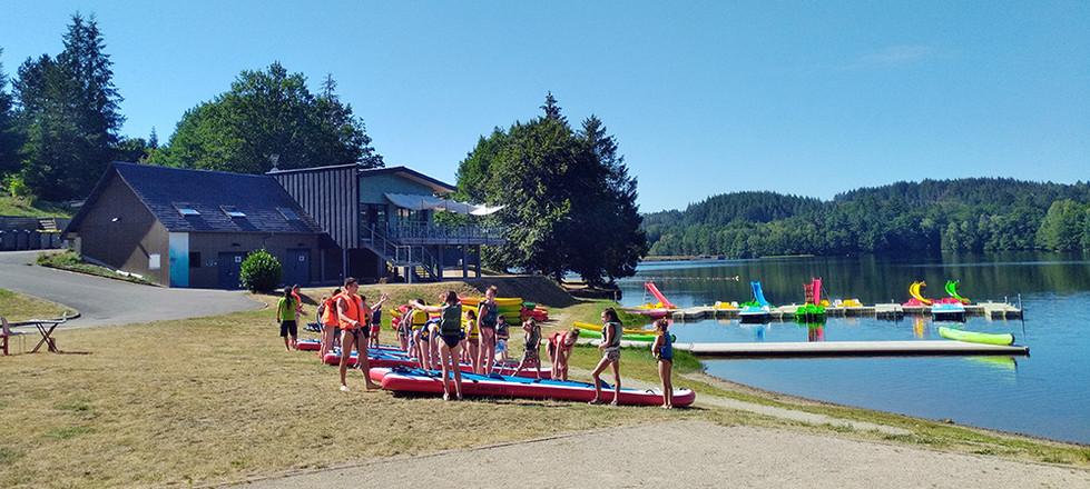Base nautique du lac de Sechemaille à Meymac en Haute Corrèze propose des initiations kayak, location de Stand up paddle et des locations de pédalos