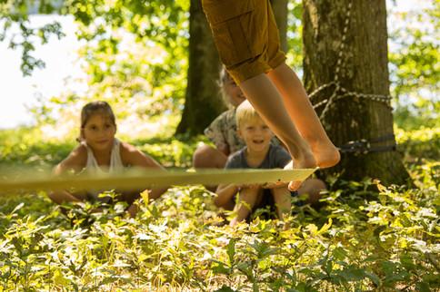 Activité Slakeline pour les enfants au bord du lac de Bournazel à Seilhac, de quoi occuper les bambins cet été.