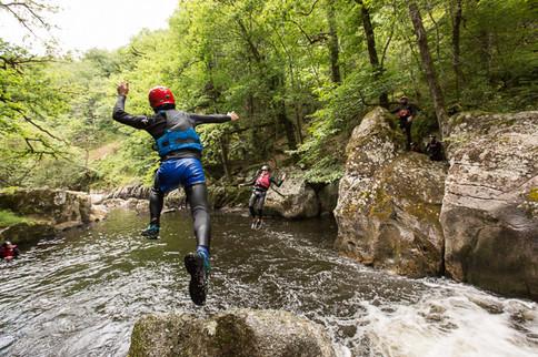 Esprit Nature propose des descente de canyonaquarando dans les Gorges de la Corrèze non loin de Tulle. Aquarando à Tulle.