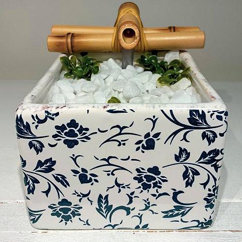 Fonte Grega Branca com Flores Azuis