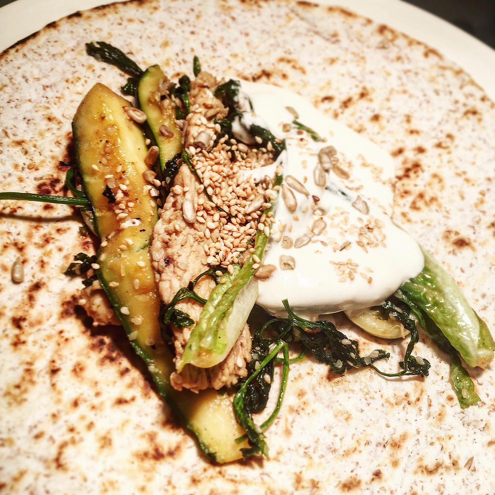 tortille z sezamowym indykiem i zielonymi warzywami