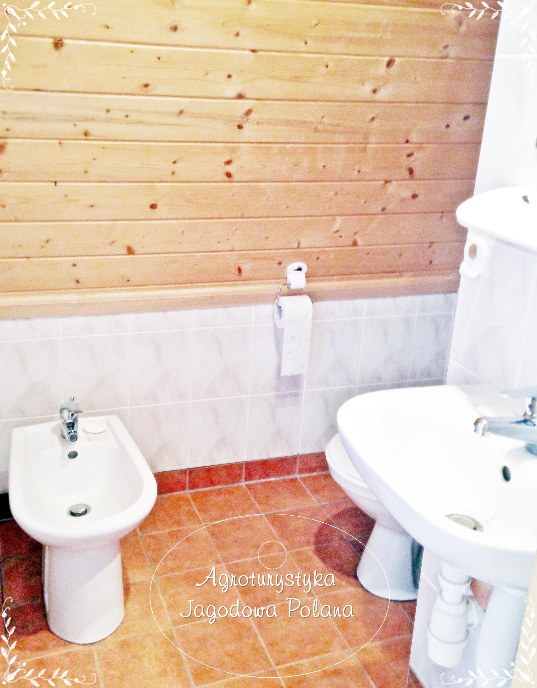 mała łazienka w sypialni różowej
