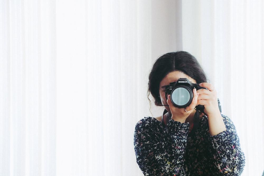 mulhaer-com-uma-camera-fotografica-tirando-foto