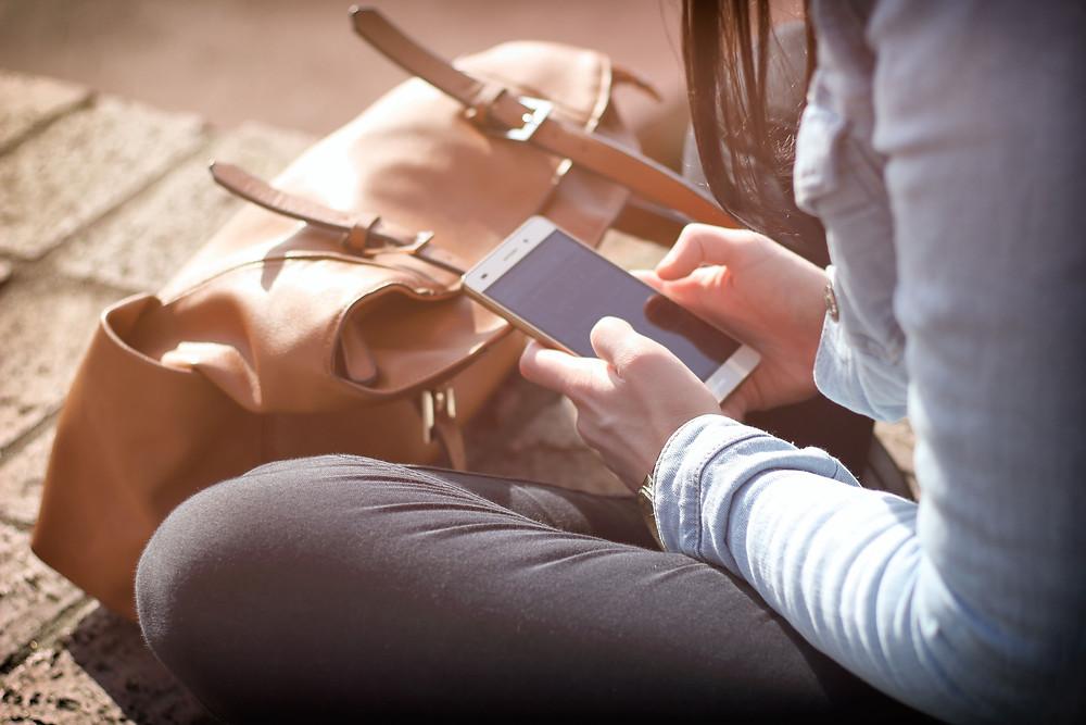 mulher-sentada-mexendo-no-celular