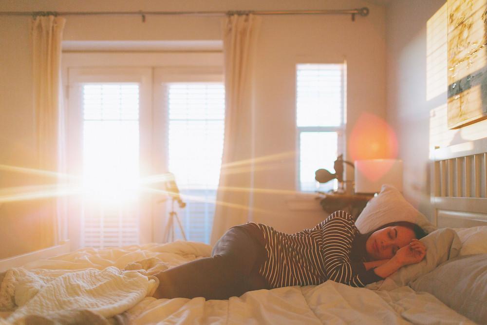 mulher-dormindo-em-um-quarto-com-a-janela-aberta