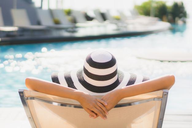 mulher-de-frente-pra-piscina