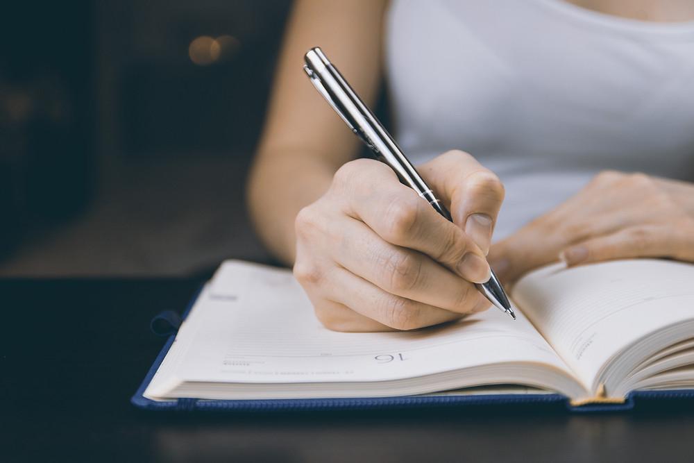 mulher-escrevendo-em-uma-agenda