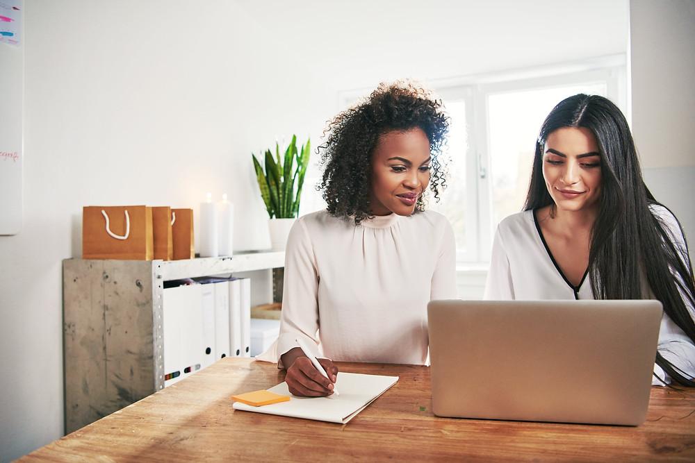 duas-mulheres-olhando-notebook