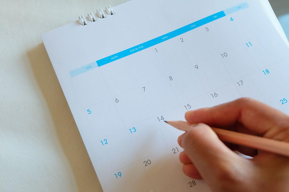 calendario-uma-mao-segurando-um-lapis
