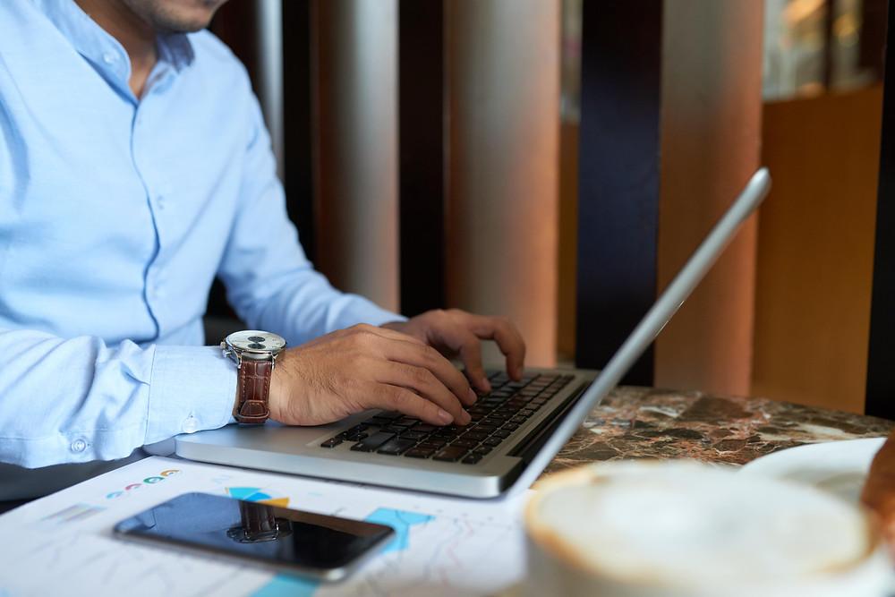 homem-mexendo-no-notebook-trabalhando
