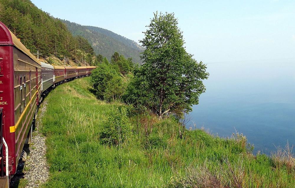 Le transsibérien sur le bord du lac Baïkal