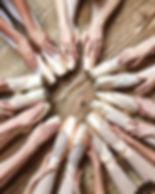 Ballerine seduti in cerchio
