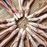 Bailarinas sentados en un círculo