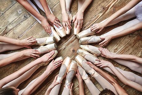 Bailarinas sentados em círculo