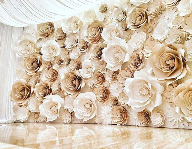 Mur floral pour photocall avec fleurs géantes ocres