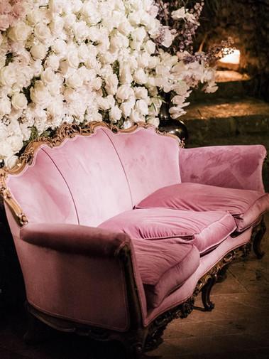 Mur floral blanc pour photobooth avec canapé