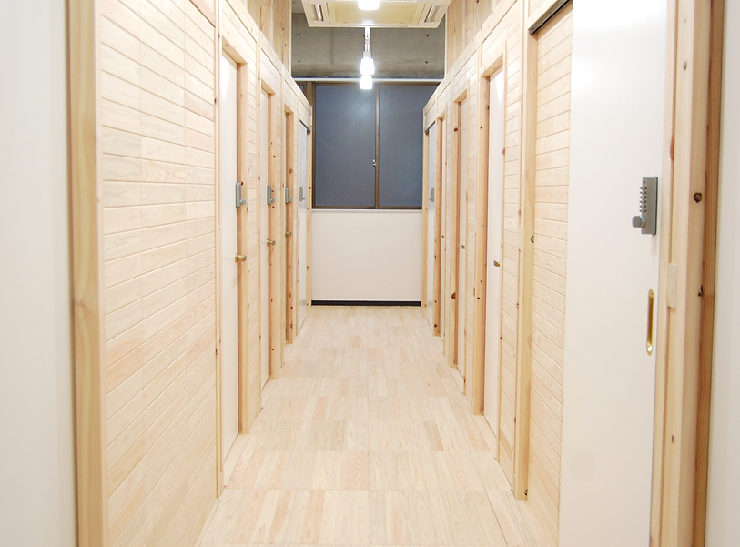 個室ドアが並ぶ通路