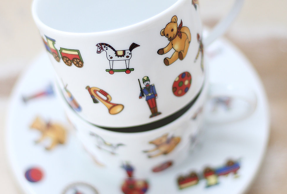 A PAIR OF VINTAGE KIDS MUGS WITH CIRCUS ILLUSTRATIONS