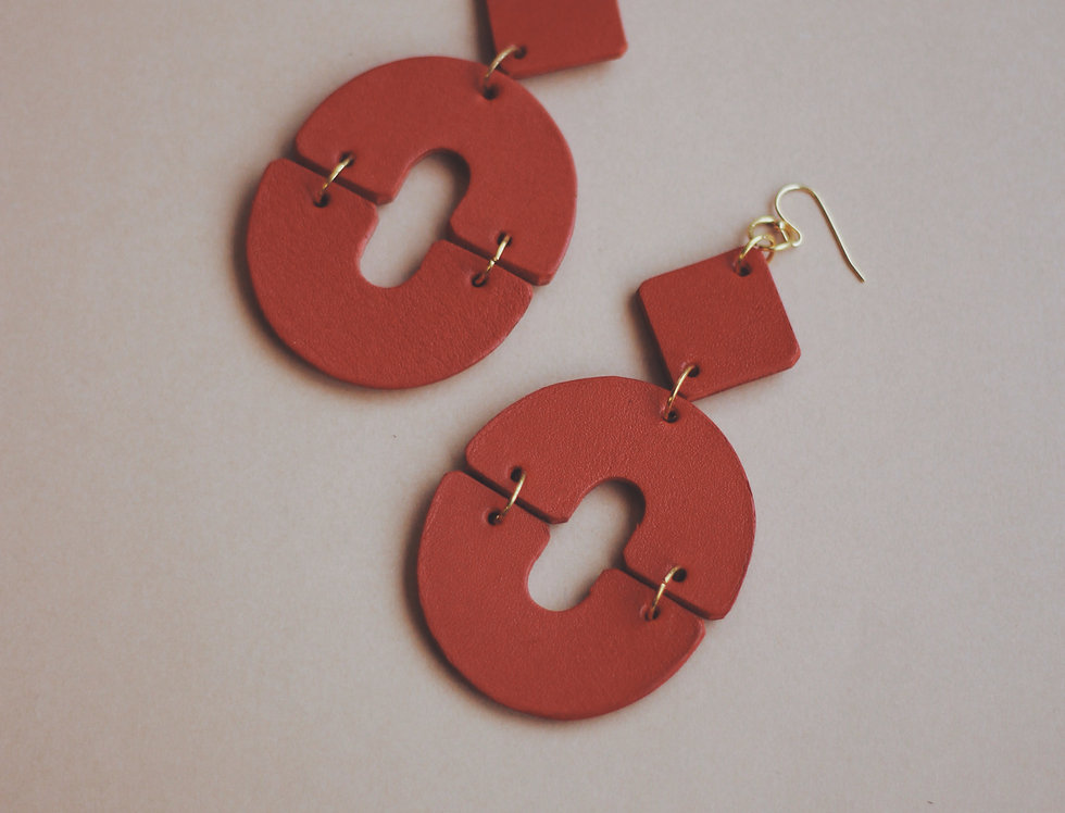 The O oversize leather earrings in red