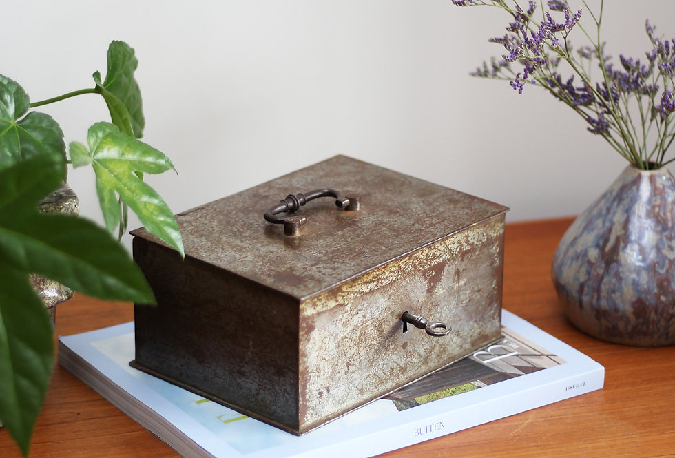 VINTAGE BEAUMONT SAFE BOX FROM EARLY 1900S (L)