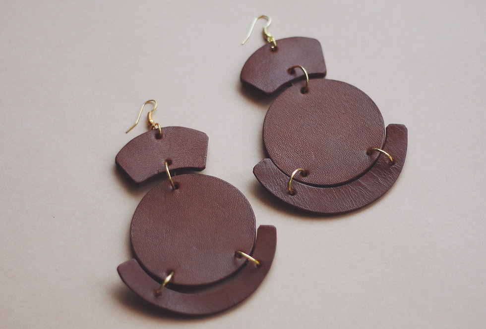 Oversize leather earrings in ginger