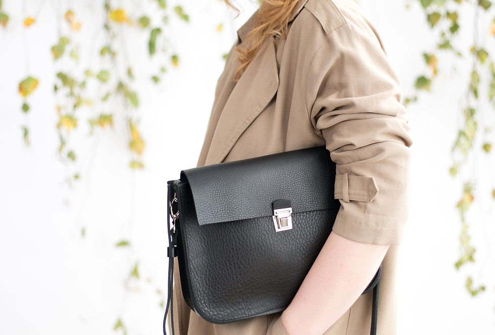 ASTORIA PURSE IN BLACK WITH A SNAP BUCKLE