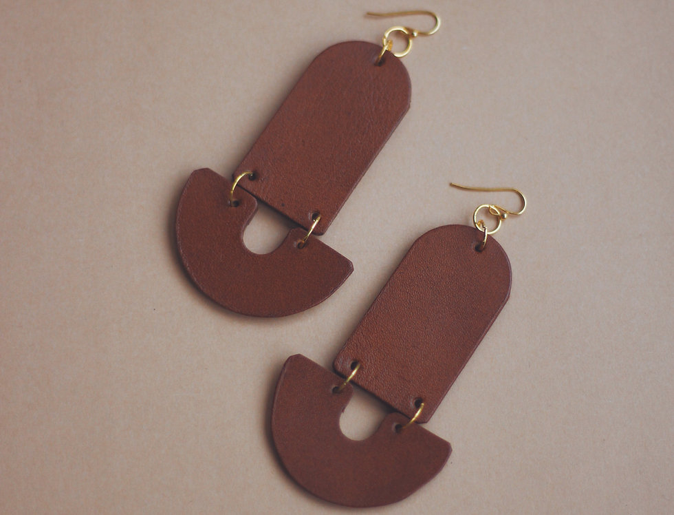 Oversize tower leather earrings in ginger