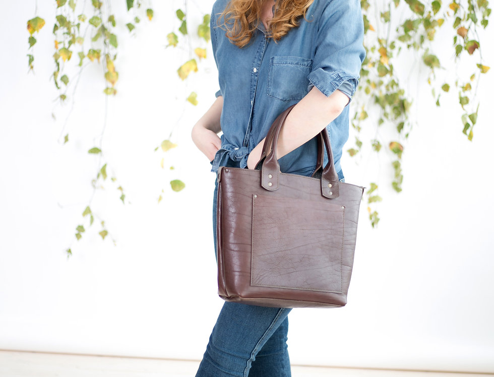 Winslet handbag with front pockets in chocolate brown